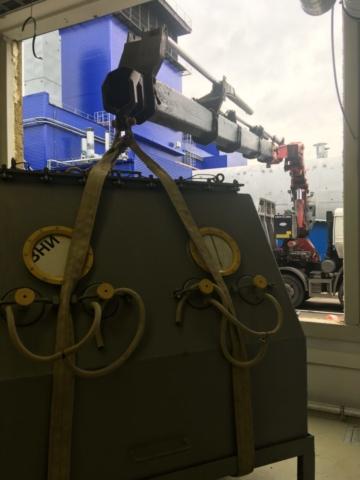 Перевозка станка при помощи манипулятора