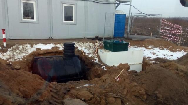 Установка септика и станции биоочистки экскаватором погрузчиком Cat Caterpillar 444F2