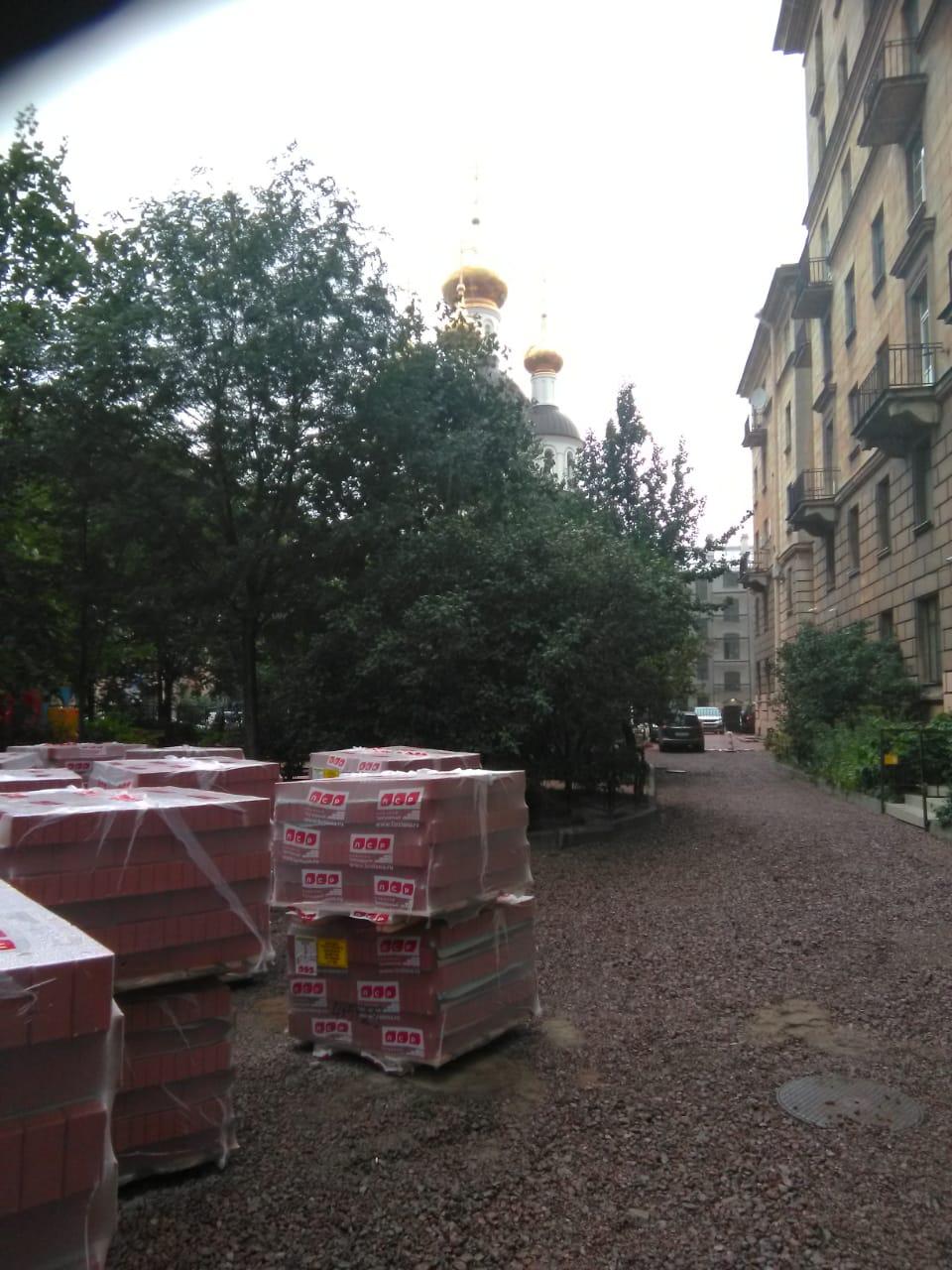 Доставка тротуарной плитки манипулятором для ЛСР. Храм Ксении Петербургской.