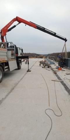Использование манипулятора при строительстве дорог