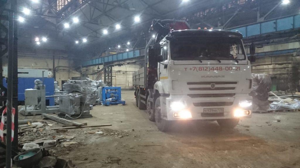 Демонтаж и перевозка станков и оборудования внутри помещения с высотой потолка от 5 м при помощи манипулятора