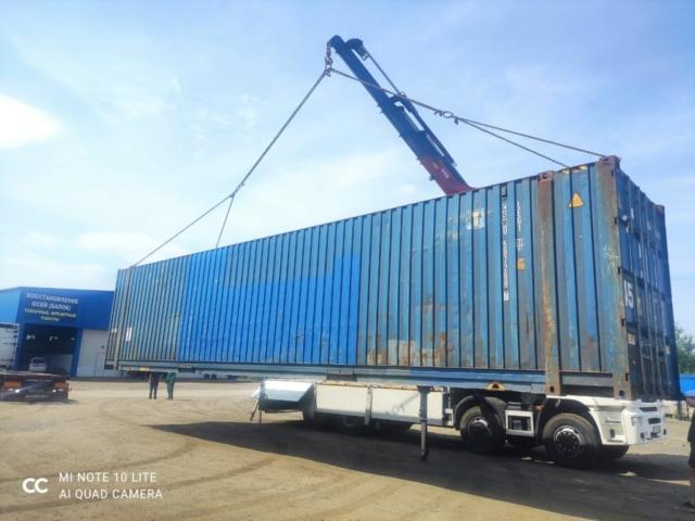 Перемещение 45 футового контейнера манипулятором